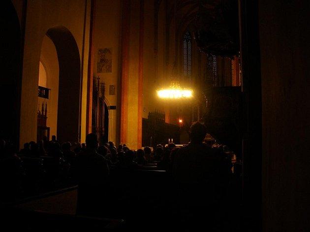 Noční atmosféra v kostele na Piaristickém náměstí.