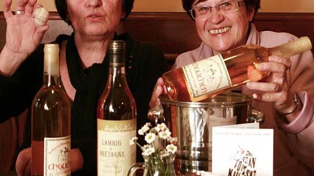 CHUŤ BRETANĚ. Irène Le Mentec, šéfkuchařka z  La Taverne du Roi Morvan ve francouzském Lorientu (vlevo) a její pomocnice Yvette Le Porhiel vaří od úterý 5. dubna ve čtyřech budějovických restauracích.