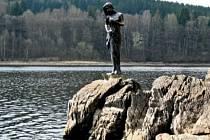 Lipenská víla stojí na skalním ostrohu mezi Lipnem nad Vltavou a Frymburkem. Nyní je něco přes metr nad hladinou. V posledních letech ale měla vodu až po pás.