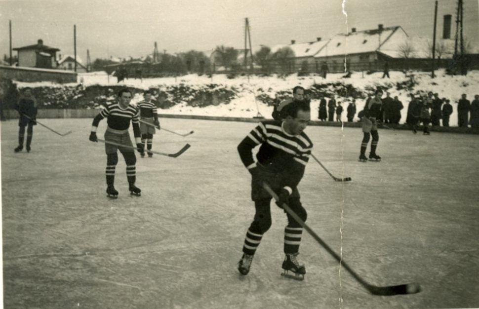 Hokej ve Zlivi za starých časů, v popředí strýc Miroslav Huleho.