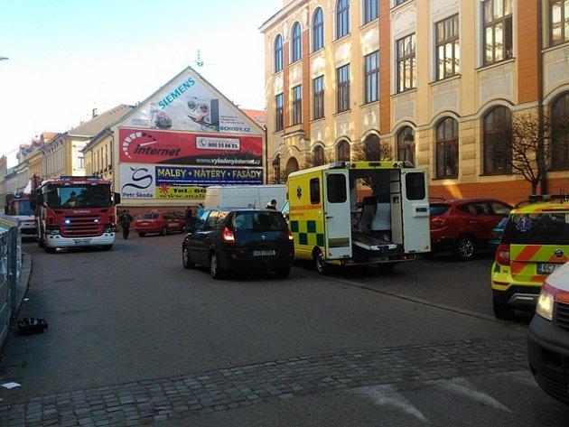 Záchranáři, hasiči i policisté zasahovali v Jírovcově ulici v Českých Budějovicích.