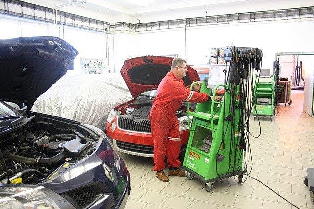 Nové přístroje v dílnách VOŠ a SPŠ automobilní.