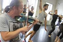 Houslista Pavel Šporcl měl 3. září první zkoušku se souborem baletu Jihočeského divadla. Bude hrát na housle v choreografii Black & White, jejímž autorem je šéf souboru Attila Egerházi. Ta bude součástí baletního večera Pas de trois, premiéra bude 27. 11.