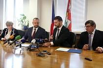 Podpis společného prohlášení o budoucí spolupráci na krajském úřadě. Na snímku zleva Ivana Stráská (ČSSD), Jan Bartošek (KDU-ČSL), Jiří Švec (PRO JIŽNÍ ČECHY), Pavel Hroch (JIHOČEŠI 2012)