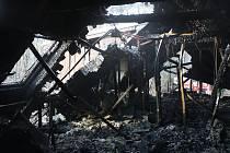 Dřevěnou restauraci na hrázi rybníka Mrhal zničil v noci na středu požár. Nikdo naštěstí nebyl zraněn, předběžnou škodu vyšetřovatelé vyčíslili na tři miliony korun.