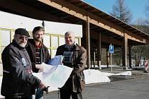 Zleva Emil Kronschnabel a Ivan Falta z kulturního spolku a starosta Michal Šneberger.