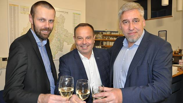 Poslanecký kandidát Šimon Heller (vlevo) prožíval v sobotu odpoledne a večer svoje zvolení v sídle KDU-ČSL na Lannově třídě i v sídle ODS.