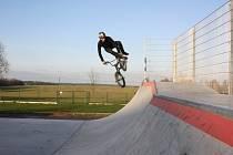 Triky na BMX kole předvádí na nové rampě v Lišově Michal Divok z Hůr.