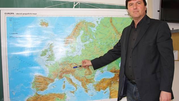 Ředitel zdravotnické školy v Českých Budějovicích, devětačtyřicetiletý Karel Štix, zároveň vyučuje zeměpis.