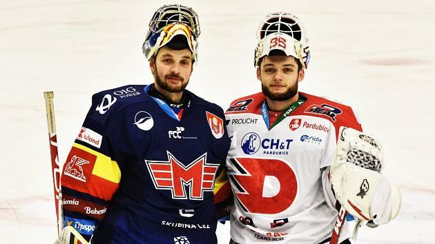 Jan Strmeň (vlevo) vytvořil loni s Milanem Kloučkem brankářskou dvojici, která vytáhla Motor až do extraligy. V neděli se postavili proti sobě, šťastnější byl gólman Pardubic.