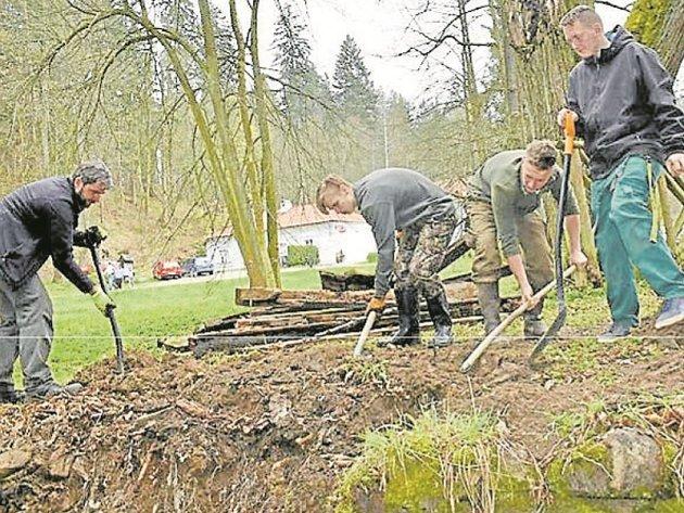 DOBROVOLNÍCI. Kneippovací stezku a přilehlou lávku v Terčině údolí obnovili dobrovolníci v minulých dnech.