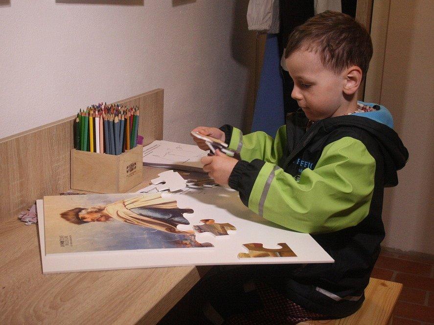 Nový Památník Jana Žižky v Trocnově nabízí 400 exponátů, o vojevůdci přináší i zcela nové informace. Expozici vybudovalo Jihočeské muzeum za 5,5 milionu korun. Autoři mysleli i na děti, čekají je kostýmy, kvíz či puzzle.