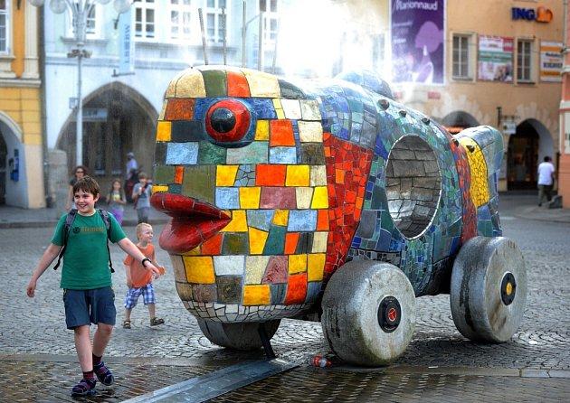 Výstava Umění ve městě, na snímku socha Velká hračka od Alexandry Koláčkové.