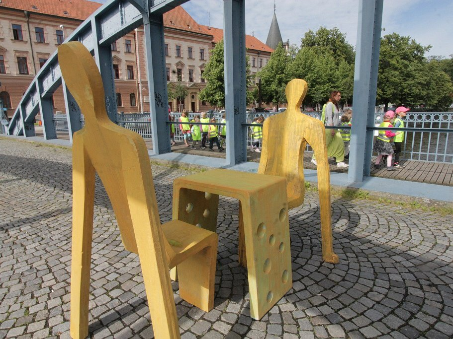 Sochařská výstava Umění ve městě začala v Českých Budějovicích. Zapojilo se 13 autorů, vystavují přes dvě desítky prací. Open air expozice se letos rozšířila do Hluboké nad Vltavou a Veselí nad Lužnicí. Na snímku dílo Dialog, autor Michal Trpák.