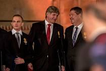 Při příležitosti státního svátku České republiky udělil v pátek prezident Miloš Zeman medaili Za zásluhy Jiřímu Bočkovi (uprostřed).