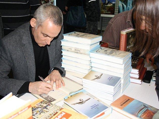 Autogramiáda jihočeských autorů. Na snímku Jiří Hájíček.