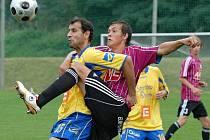 Josef Šimánek v duelu juniorky Dynama se Sokolem Ovčáry (0:1) bojuje s hostujícím Didem.