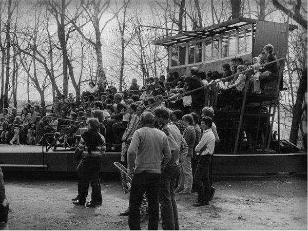 Zatěžkávací zkouška nově postaveného otáčivého hlediště vBedřichových sadech zroku 1983.