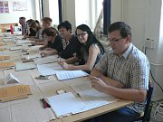 V budějovickém Gymnáziu J. V. Jirsíka hlasují voliči hned několika volebních okrsků.