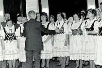 Pěvecký sbor vedený učitelem Františkem Slámou z Hosína na snímkuz roku 1978.