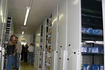 V pondělí poprvé představila veřejnosti svůj nový sklad Jihočeská vědecká knihovna.  Police mají dohromady délku 16 kilometrů a pojmou více než milion dokumentů.