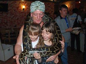 V úterý 24. dubna mezi 9 a 10 hodinou u Samsonovy kašny na budějovickém náměstí vám fakír Petr Braun z Českých Budějovic pověsí na krk tuhle hadí krasavici.