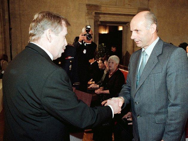 V roce 2001 vyznamenal prezident republiky Václav Havel na Pražském hradě Medailí Za hrdinství Josefa Hasila, legendární postavu protikomunistického odboje, známého jako Král Šumavy. Vyznamenání převzal Jaroslav Hasil.