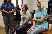 Renata Kadlecová a Jana Kukačková u soudu.