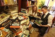 Festival Literatura žije začne 22. dubna v Českých Budějovicích, na náměstí se bude rozdávat kolem 7000 knih z veřejné sbírky. Na snímku mezi knihami v literární kavárně Měsíc ve dne Barbora Štindlová a Jan Hajšman.
