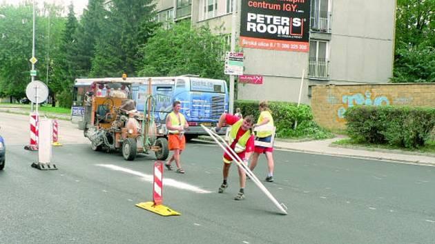 Už mezi projíždějícími automobily se v Mánesově ulici dodělávalo dopravní značení přechodů a odbočovacích pruhů. Menší úpravy ještě budou čekat ostrůvky uprostřed vozovky, ale to by se mělo obejít bez významnějších dopravních omezení.