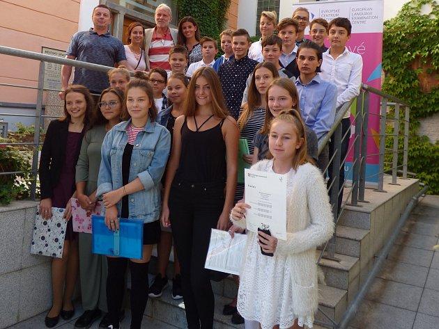 Předávání certifikátů žákům Základní školy v Hluboké nad Vltavou. To se na radnici uskutečnilo v pondělí 10. září.