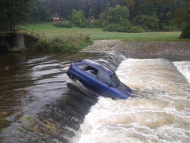 Opuštěný Opel Astra někdo zanechal uprostřed řeky poblíž Strunkovic nad Volyňkou na Strakonicku.