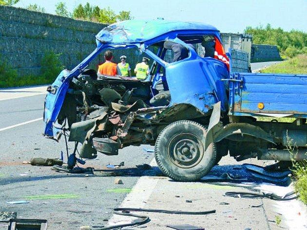 Asi 19letý řidič avie se v pondělí poblíž Náchodského sídliště na obchvatu výpadovky ve směru Tábor–Písek zřejmě pokoušel otočit, když jel  pomalu při pravé krajnici a náhle změnil směr a vybočil vlevo. Při tom došlo ke střetu s nákladním tahačem DAF.