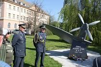 Hrdinům, kteří ve druhé světové válce bojovali za Československo, vzdali v pátek v Českých Budějovicích na Senovážném náměstí hold letci.