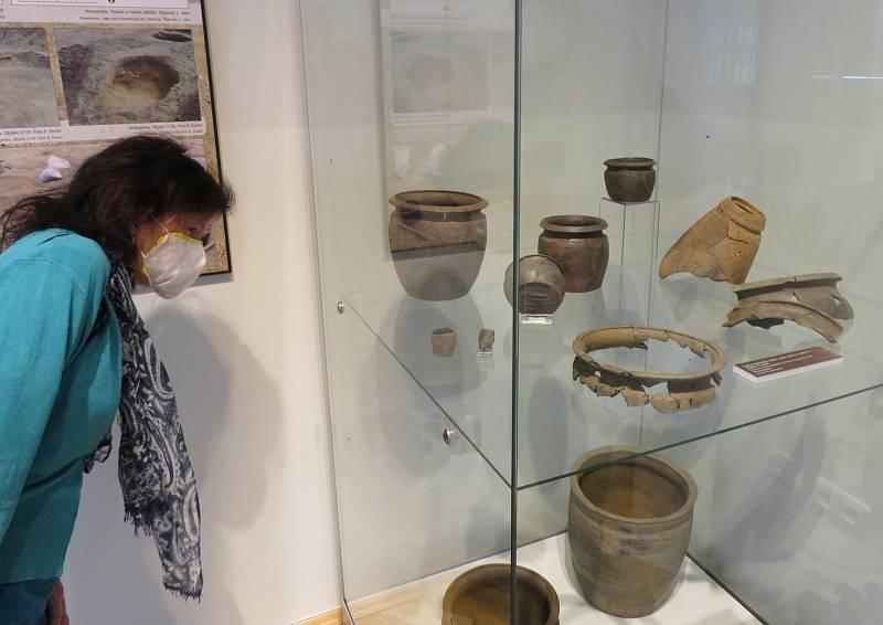 Unikátní výstava nálezů Co přinesla dálnice je k vidění v Jihočeském muzeu v Českých Budějovicích od pondělí 11. května.