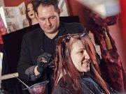 O nový účes se postaral vlasový mág Michal Moučka, líčila Martina Trochtová, oblečení dodal butik Mayo Fashion.