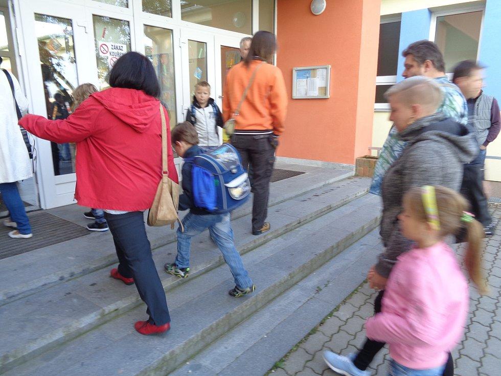 První školní den před ZŠ Pohůrecká