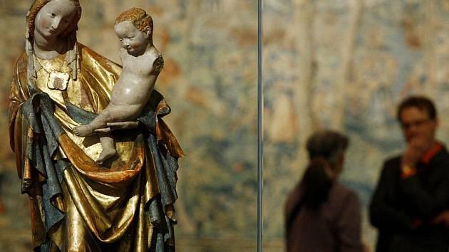 Návštěvníci Valdštejnské jízdárny v Praze v těchto dnech doslova obdivují řadu unikátů na velké rožmberské výstavě, jež nabízí na 600 exponátů. Potrvá do 20. srpna.