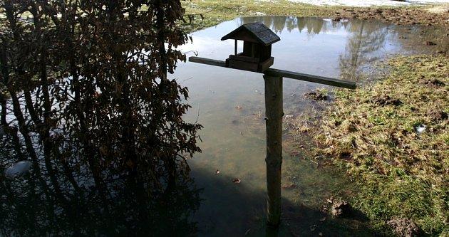 Pár metrů od chat se zastavila rozvodněná řeka Stropnice poblíž Borovan. Bezesnou noc prožili lidé vPlavu, kde hrozila Malše a kam vyrazili ihasiči.