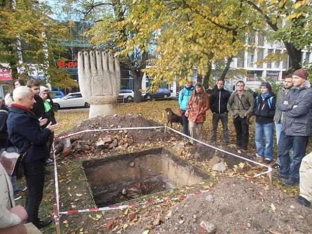 Studenti si přišli prohlédnout odkryté zbytky synagogy.