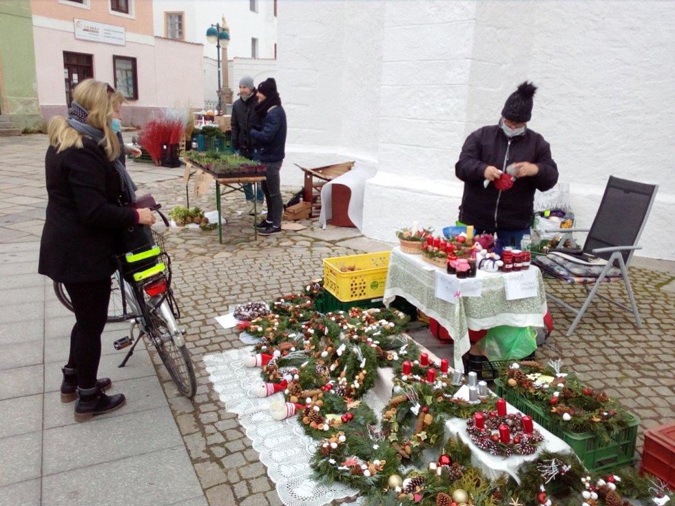 Trh na Piaristickém náměstí v Českých Budějovicích v listopadu 2020. Trh se koná každý čtvrtek a sobotu. Nabízí ovoce a zeleninu a drobné výrobky.