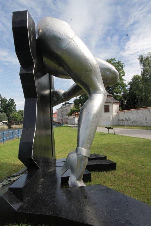 Sochařská výstava Umění ve městě začala v Českých Budějovicích. Zapojilo se 13 autorů, vystavují přes dvě desítky prací. Open air expozice se letos rozšíří do Hluboké nad Vltavou a Veselí nad Lužnicí. Na snímku dílo Nohy, autor Richard Keťko.