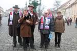 Výprava z jihočeských Hoštic. Třetí zleva je Miloslav Daňha, předseda místního ZD. Právě on kdysi věnoval Miloši Zemanovi proslavený autobus Zemák.