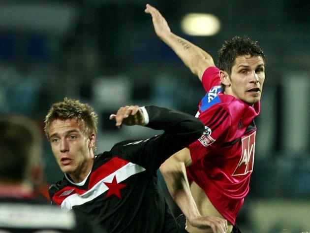 Na jaře o vítězství Dynama nad Slavií 1:0 rozhodl svým gólem Petr Javorek (na snímku z tohoto utkání bojuje s Ondřejem Petrákem).