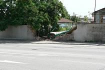 Takto dopadla zeď na Pražské třídě po střetu s vozidlem záchranné služby.