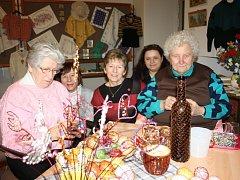 Výstava Šikovné ruce v borovanském klášteře ukazuje zručnost členek místního Klubu tradic.