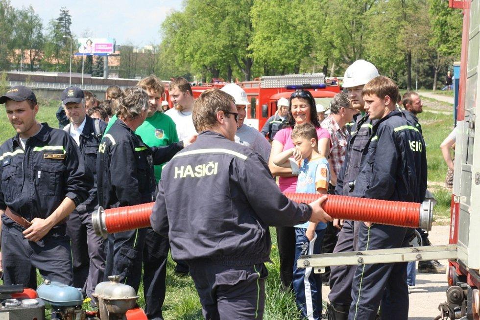 Členové sborů dobrovolných hasičů z Českobudějovicka zahájili v sobotu letošní soutěžní sezonu kláním o sošku sv. Floriána na náplavce u Dlouhého mostu v Českých Budějovicích.