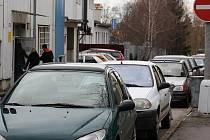 Místní často marně hledají místa k parkování.