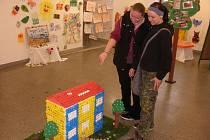 Výrobky dětí z MŠ Čéčova obdivují návštěvníci výstavní síně na radnici.