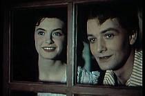 Milena Dvorská a Vladimír Ráž  hledí z okna rybářovy chatrče za králem, který běží za vdovou k rybníku.